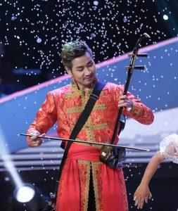 Nguyên Khang với trang phục độc đáo bên nhạc cụ dân tộc
