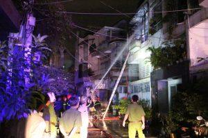 Hiện trường xảy ra vụ việc, PCCC đang nỗ lực dập lửa