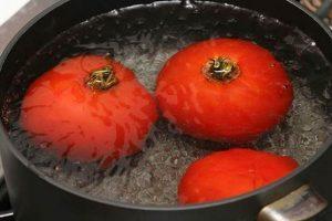 Luộc cà chua cho dễ bóc vỏ