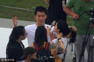 Lý Thần không quên vừa nói chuyện vừa lấy tay giữ tóc giúp bạn gái