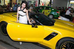 Trà Ngọc Hằng gây huyên náo con phố bởi cô đến buổi khai trương bằng xe mui trần tông vàng nổi bật.