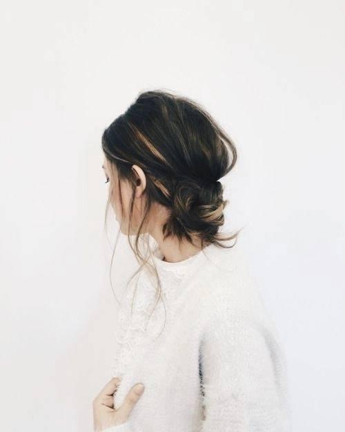 Không chỉ riêng tóc dài mới có thể búi lên gọn gàng. Với kiểu tóc búi rối sau đây mái tóc ngắn của bạn sẽ được búi gọn nhưng vẫn không thiếu nét cá tính.