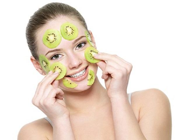Rửa sạch mặt và dưỡng da thường xuyên giúp da sáng khỏe và căng mịn
