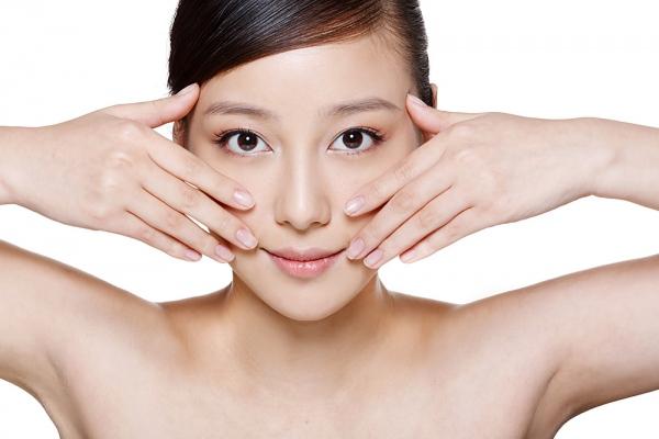 Hạn chế trang điểm giúp làn da khỏe căng mịn
