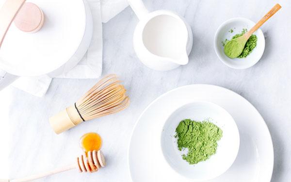 Dưỡng trắng da mặt bằng bột trà xanh tại nhà
