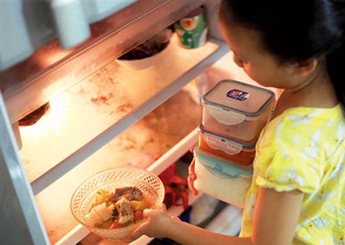 Lý do không nên cho thực phẩm nóng vào tủ lạnh