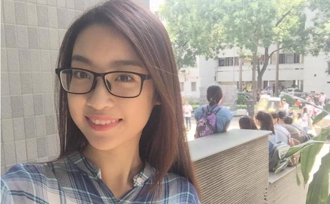 Hoa Hậu Đỗ Mỹ Linh giản dị, trẻ trung khi đến trường học